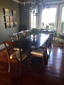 High quality dining table w/ 8 chairs