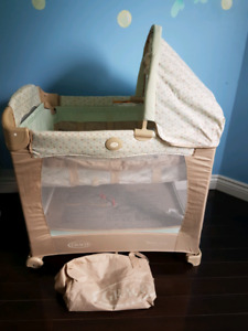 Like new Graco travel lite crib with stages