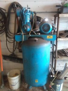 Up right industrial air compressor