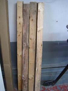 Poteau de bois brut