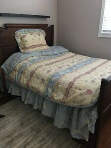 PACKAGE of Twin Bed Linens in Excellent Condition