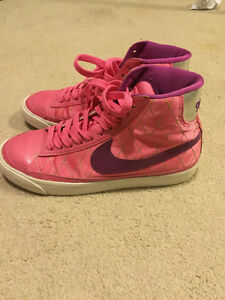 Nike pink sneaker Kitchener / Waterloo Kitchener Area image 1