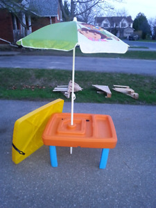 Water table with umbrella and lid
