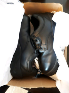 BRAND NEW non slip work shoes Size 9