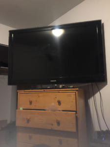 2010 55' LCD SAMSUNG TV WITH WALL MOUNT AND TV STAND