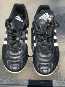 Adidas soccer cleats girl youth  US size  5