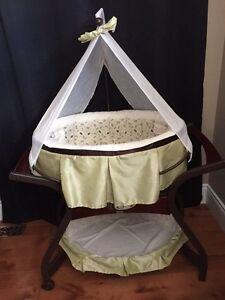 Zen gliding musical bassinet