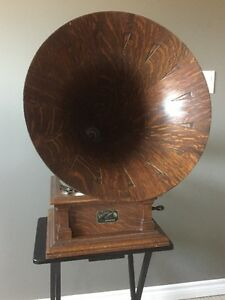 VICTOR V PHONOGRAPH WITH OAK SPEARTIP HORN