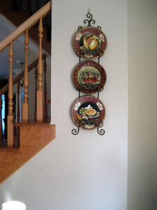 Decorative plates (3) and wall holder