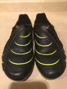 Kids Puma Outdoor Soccer Cleats Size 7 London Ontario image 3