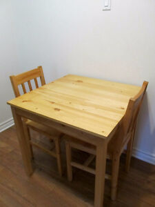 MOVING - Square table & 2 matching chairs