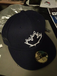 18361bf8389 Selling Blue Jays Hat Size 7.5 Unis Maple Leaf New Hat With Wrap
