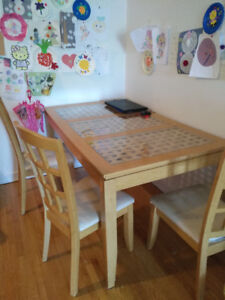 Table with 4 chaire chairs need cleaning