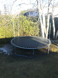 12' Trampoline with new enclosure