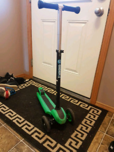 Y GLIDER XL SCOOTER GREEN AND BLACK