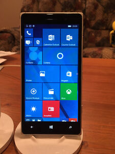 Lumia 830 avec Windows Phone 10 et 2 bases NFC