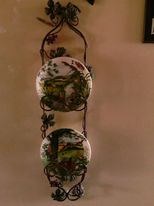 Beautiful decorative metal plate rack w 2 collectible plates.