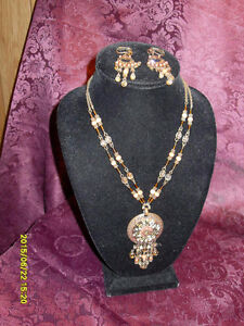 Avon - Vintage looking brown tone necklace/clip on earrings