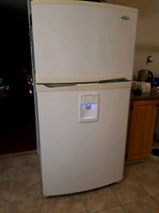 "White Whirlpool Gold 33"" With Water Dispenser and Ice Maker"