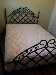 Queen-sized bed set - Ens. lit queen