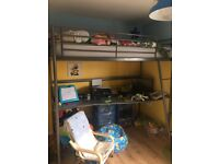 Svarta high sleeper with desk