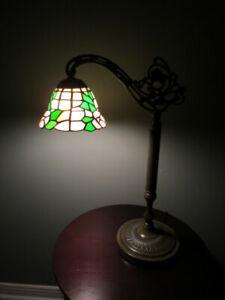 Lampe de table structure en métal, globe style Tiffany.