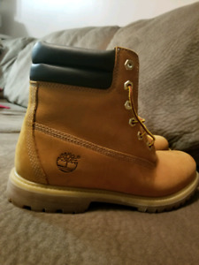 Timberland boots for wowen SIZE US9M