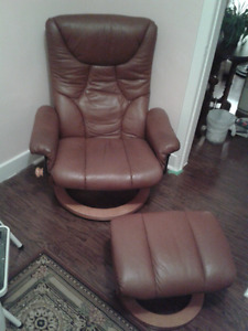 Chaise inclinable et son pouf