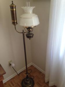 Lampes 1 sur table et une sur pied