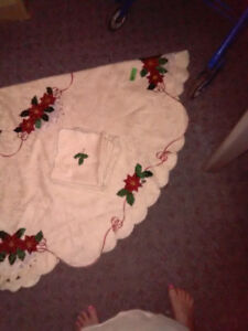 Beautiful Christmas Tablecloth with 8 Napkins