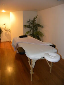 "MASSAGE TABLE 30"" AVEC BRAS ****FOR RENT  / A LOUER"