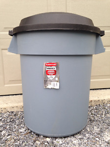Clean Rubbermaid Roughneck Garbage Bin Trash Can