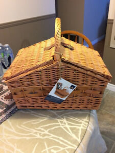 New Wicker Picnic Basket w/4 plates, 4 wine glasses and cutlery