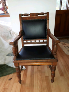 Magnifique chaise antique avec cuir noir