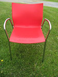 1 Chaise de bureau en plastique rouge et chrome NEUVE