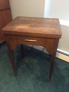 VINTAGE SINGER SEWING MACHINE IN SOLID WOOD CABINET