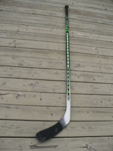 BATON DE HOCKEY  RBK 9K POWER ZONE PORT ( DROITIER )