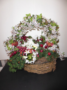 BEAUTIFUL LARGE CHRISTMAS BASKET WITH SLEIGH & DECORATIONS