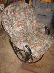 une chaise berceuse basse en métal