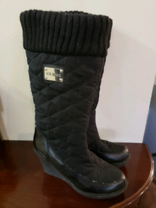 Women's size 9 GUESS winter boots = quilted, comfy, wedge heel!
