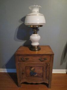 Lampe de table blanche et ligne or.