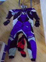 Equipement: Casque et Vetements de Motocross.