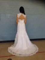Robe de mariée en dentelle neuve/Never been worn lace wedding dr