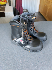 NEW SAFETY BOOTS - V12 E1300 DEFIANT HIGH LEG WITH ZIP - SIZE 4