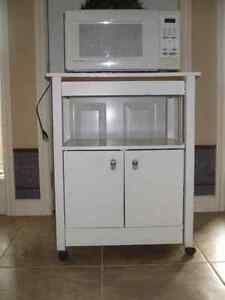 1.1 cubic foot Emerson microwave and wood stand
