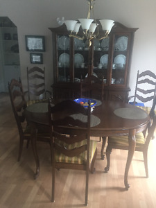 OAK DINING ROOM TABLE SET WITH 6 UPHOLSTERED CHAIRS.