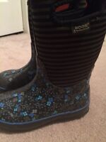 Girls size 2 Bogs - Brand new condition