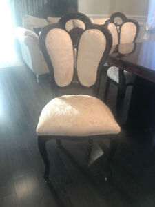 Traditional Dining Room Set In Excellent Condition
