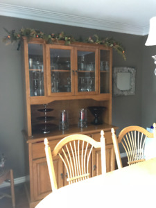 Dining Room Table, Hutch and 8 chairs