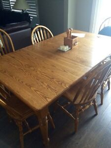 Solid oak dinner room Table and 6 oak chairs